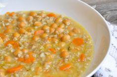 La zuppa ceci e avena è una minestra nutrizionalmente molto completa, oltre che veramente squisita, che unisce legumi e cereali per un piatto unico sano e nutriente.