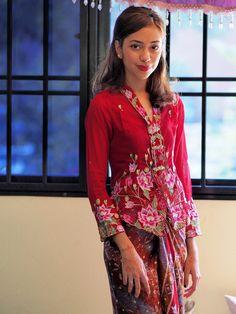 Noura 3 - Wearing Peranakan Nyonya Kebaya. | Flickr - Photo Sharing! Kebaya Lace, Batik Kebaya, Kebaya Dress, Batik Dress, Lace Dress, Kebaya Encim Modern, Modern Kebaya, Indonesian Kebaya, Batik Fashion
