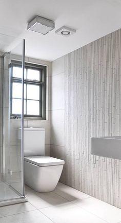 Minimalistisches helles Badezimmer von Studio TO. Im Artikel gibt es 8 Ideen für kleine Badezimmer! #kleinesbadezimmer #smallbathrooms #homify
