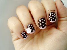 Diseño de uñas de lunares.  Polka dot nail design.