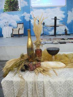 Holy Communion Arrangement - simple and elegant Communion Decorations, Altar Decorations, Harvest Decorations, Maundy Thursday Worship, Holy Thursday, First Holy Communion, Holi, Fall Decor, Flower Arrangements