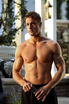 Pin for Later: The Sexiest TV Moments of 2014 Revenge Justin Hartley brings his ridiculously toned abs to Revenge.
