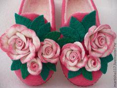 Купить или заказать Валяные тапочки 'Букет роз' в интернет-магазине на Ярмарке Мастеров. Очень ,красивые тапочки.Внутри цвета молока, снаружи ярко-розовые.Замечательный подарок не только радует взгляд, но и согреет ножки.Букетики роз на кнопочках-можно отстегнуть , что очень практично.Выполнены из мериносовой шерсти, подшиты нату…