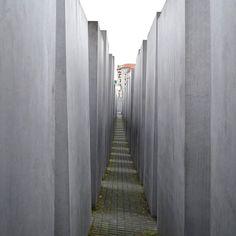 Mémorial de l'Holocauste 😐  Ce séjour à Berlin m'aura permis de constater -entre autres choses- à quel point l'Allemagne est consciente de son Histoire, aussi complexe soit-elle. Pas de dénigrement mais pas de déni👍Certaines devraient en prendre de la graine par chez nous.  --😤--  While a french candidate is denying some French people roles during the second world war, I was able to notice that Germany is aware of its History 👍  --🤔--  #nofilter #berlin #germany #allemagne #deutschland…