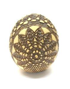 Duże jajo ceramiczne szkliwione z motywem koronki. Efektowna dekoracja nie tylko na święta.   Wymiary i/lub waga Wysokość 13cm, waga 0,5kg, średnica ok 11cm  Wykorzystane materiały Glina,...