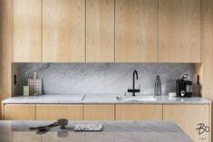 Puuta ja marmoria keittiössä