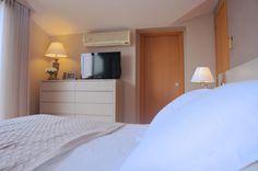 Dormitorio de matrimonio con muebles lavado. Papel de pared vinílico. Acogedor. Luminoso.