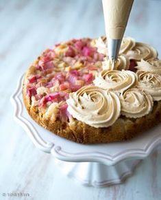 Paahdetun valkosuklaan karamellimainen maku lumosi minut muutama vuosi sitten ja erityisesti viime vuonna se esiintyi monissa leivonnaisissani. Tämä kakku on yksi esimerkki siitä, miten paahdettua valkosuklaata voi hyödyntää. Vaahdotettuna se on ihana kuorrute, jota on helppo pursottaa niin kakkujen kuin muffinssien päälle. Parhaimmillaan makea vaahto on yhdistettynä jonkin kirpeän, kuten raparperin, kanssa. Vinkit: Kakun valmistamista […]