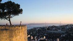 """Lisboa eleita a quarta cidade mais bela do mundo.  Lisboa foi considerada a quarta cidade mais bonita do mundo. A capital portuguesa está no top 10 das cidades mais belas do planeta, elaborado pelo site de viagens """"Urban City Guides"""". A liderar a tabela está Veneza, seguindo-se Paris e Praga. Lisboa surge no quarto posto, sendo destacada como uma das cidades mais cénicas do mundo, com os seus miradouros, colinas e ruas pitorescas."""