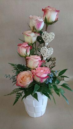 qe tu dia sea igual qe tu y estas rosas 💜💜💜 Valentine's Day Flower Arrangements, Flower Arrangement Designs, Altar Flowers, Flower Vases, Ikebana, Beautiful Roses, Beautiful Flowers, Fleur Design, Valentines Flowers