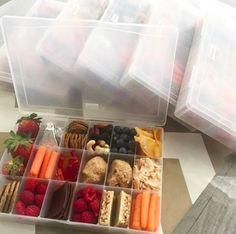 Use caixas para miçangas como um jeito fácil de transportar vários lanches.