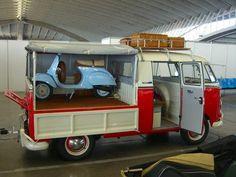 Twee historische iconen een #Vespa scooter en een #Volkswagen #T1. Mooier kan bijna niet.
