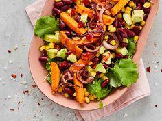 Tarjoa bataattisalaatin lisäksi täysjyväleipää. Vegan Baking, Cobb Salad, Vegan Recipes, Mango, Food And Drink, Vegetarian, Favorite Recipes, Dinner, Ethnic Recipes