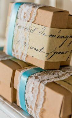 Kit boite à dragées kraft et dentelle- Vintage Style Favor Wrapping Kit Wedding Favour Kits, Elegant Wedding Favors, Vintage Wedding Theme, Wedding Ideas, Gift Wedding, Romantic Weddings, Creative Gift Wrapping, Creative Gifts, Creative Gift Packaging