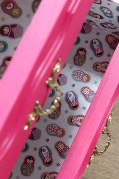 El bazar VINTAGE + CHIC: lámparas, muebles y objetos decorativos 100% vintage!: Mesita recuperada magenta y dorado (ref. 701) [] Vintage night table magenta & gold (ref. 701)