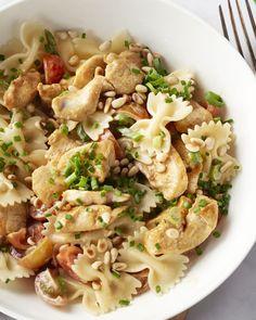 Deze frisse pastasalade met kip smaakt heerlijk af op een warme dag. Een lekker kommetje vol met pastastrikjes, kipfilet, kerstomaatjes en een lekkere dressing.