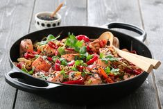 SPICY NUDELSALAT MED LAKS New Menu, Kung Pao Chicken, Paella, Food And Drink, Fish, Ethnic Recipes, Cilantro, Spinach, Noodle Salads