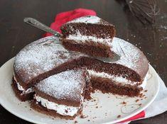 La torta moretta senza bilancia è un dolce al cioccolato facilissimo farcito con panna e nutella e preparato con una base al cacao soffice e veloce.