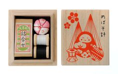 目細八郎兵衛商店 ちいさな裁縫セット(金沢)   たて6㎝、よこ5.5㎝のちいさな桐の箱に入った、ちいさな裁縫セットです。 柄は、金沢の伝統のものをモチーフにしました。 ※写真はイメージです。針山と下布の色はランダムです。 2,970円