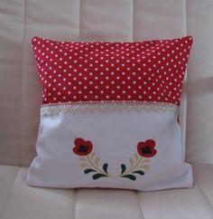 Kissen bestickt mit einer Blume aus der Stickserie Schwedenliebe.    Rot weiß. Dieses Kissen lädt zum träumen ein.    Verschönern sie Ihr Heim mit die