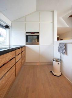 minimalistische und moderne Küche in Weiß und unbehandelter Holzoptik