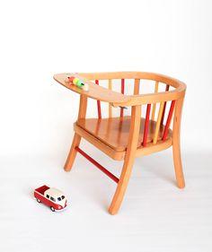 Petit fauteuil percé signé Baumann.  leshappyvintage.fr