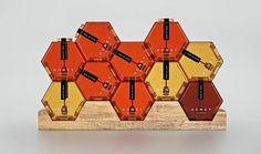 Dieses Verpackungsdesign dreht sich nur um seinen Inhalt. Es stammt von Designer Maksim Arbuzov und der will sicher gehen, dass wir uns um nichts anderes Gedanken machen müssen, als um den Honig, um den es hier geht. Die sechseckige Form der Gläser erinner