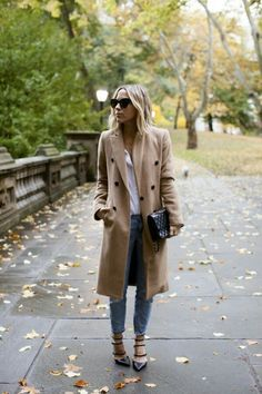 "fashion-clue: ""justthedesign: ""Camel coats are the must have this fall; Jacey Duprie wears hers with a white blouse, jeans, and strappy heeled sandals. Casual Fall Outfits, Fall Winter Outfits, Autumn Winter Fashion, Summer Winter, Winter Wear, Fall Fashion, Estilo Hippie Chic, Winter Stil, Inspiration Mode"