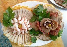 Cum sa decoram mezelurile in farfurie. Party Platters, Food Platters, Finger Food Appetizers, Appetizer Recipes, Appetizer Sandwiches, Crudite, Food Carving, Food Garnishes, Garnishing