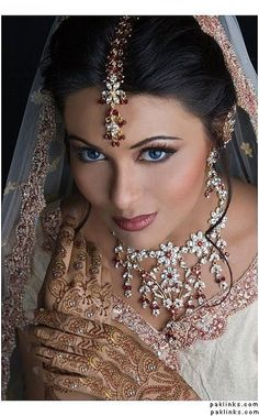 47 Ideas Indian Bridal Makeup Natural Jewelry You are in the right place about wedding events receptions Here we offer you the most beautiful pictures about the pre wedding events you are looking for. Indian Bridal Makeup, Asian Bridal, Bridal Beauty, Wedding Makeup, Beautiful People, Beautiful Women, Beautiful Bride, Beautiful Eyes, Beautiful Pictures