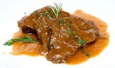 Receta de Carrilleras de ternera en salsa. Bruno Oteiza prepara unas carrilleras de ternera guisadas en salsa de vino y pimienta.
