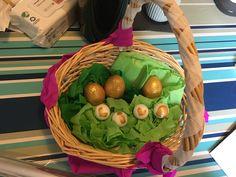 I guld æggene har jeg pustet blomme og hvederne ud skylle dem og ladet dem tørre. Herefter er der kommet penge i og er til sidst malet med acryl maling i guld