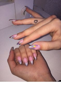 On average, the finger nails grow from 3 to millimeters per month. If it is difficult to change their growth rate, however, it is possible to cheat on their appearance and length through false nails. Aycrlic Nails, Hair And Nails, Coffin Nails, Stylish Nails, Trendy Nails, Bright Summer Nails, Manicure E Pedicure, Manicure Ideas, Fire Nails
