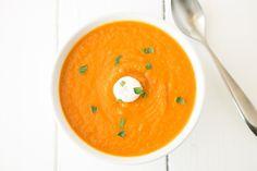 Asado sopa de zanahoria jengibre.  zanahorias, cebollas asadas y jengibre fresco para alimentación, limpieza y llenado de la sopa.