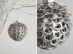 Kerstbal gemaakt van clipjes van blikjes.....  nodig : piepschuimbol - alleslijm - clipjes
