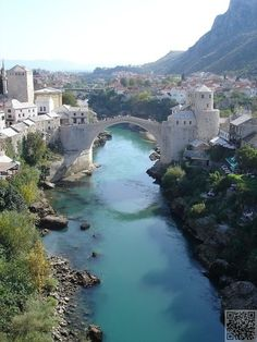 ✿ ❤ Mostar, Bosnie (Mostar Köprüsü-Bosna Hersek) - The bridge over the picture became a symbol of the war when it was destroyed in the Bosnian conflict. It was rebuilt in 2004.(google translate)