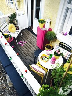 Patios You'll Want to Live on This Summer Petit balcon - Small balcony leuk, roze geel en wit op je balkon balcon - Small balcony leuk, roze geel en wit op je balkon Tiny Balcony, Small Terrace, Small Outdoor Spaces, Small Patio, Balcony Ideas, Patio Ideas, Small Balconies, Outdoor Balcony, Balcony Garden