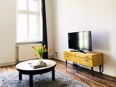 Inspiration Für Ein Modernes Wohnzimmer: Sideboard Mit Fernseher,  Kuschliger Teppich Und Couchtisch Mit Frischen