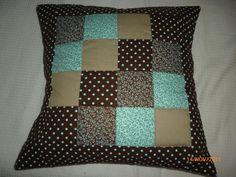 Capa de almofadas com trabalho de patchwork, modelo envelope. Forrada com manta e forro de algodão. Utilização de 4 tecidos, formando uma composição de quadradinhos, detalhe de quilt.   Enchimento não incluso R$50,00