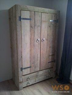 Steigerhouten kledingkast met grove scharnieren.