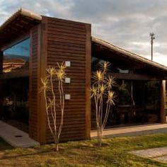 CASA COM VIDRO E MADEIRA: Casas campestres por NATALIE TRAMONTINI ARQUITETURA E INTERIORES