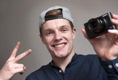 enzo knol - Wie kent hem niet!!! al meer dan 1 miljoen abbonees!! elke dag maakt hij vlogs. zijn vriendin Dee komt ook vaak voor in zijn vlogs! ook neemt hij minekreft op!