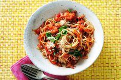 Kijk wat een lekker recept ik heb gevonden op Allerhande! Pittige spaghetti met tomaat & spek