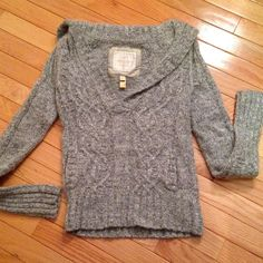 American Eagle sweater Pretty gray/white heavy weight sweater from American Eagle. Front has 2 lined pockets. Collar folds over to the back (see pics). In great condition! American Eagle Outfitters Sweaters V-Necks