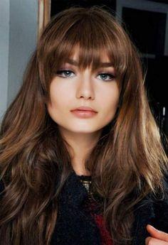 Corte de cabelo feminino com franja reta é uma das tendências para cabelos do inverno 2017