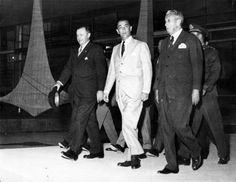 O general e presidente do Paraguai, Alfredo Stroessner (e) e o presidente Juscelino Kubitschek (c), visitam o Palácio da Alvorada, na futura capital federal em 1958