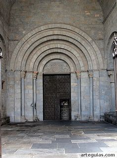 Portada principal. Catedral de Jaca Es el primer punto del camino de peregrinación de Santiago de Compostela