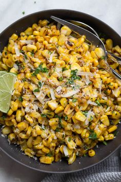 Grilled Corn with Garlic and Parmesan Cheese - Enjoy the addictive flavor of grilled corn anytime you want with this spicy cheesy grilled corn recipe. Canned Corn Recipes, Veggie Recipes, Salad Recipes, Vegetarian Recipes, Healthy Recipes, Vegetarian Barbecue, Veggie Food, Food Food, Tailgating Recipes