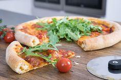 Meine Lieblings-Pizzasoße auf einem knusprigen Pizzateig. Wahlweise mit Spinat oder mit Käse gefülltem Rand. Zubereitung: 40 Min.. Backzeit: 20 Min. Zutaten für 4 Pizzen: Pizzateig: 900 g Mehl ½ W. Hefe (21 g) 2 EL Zucker 500 ml Wasser 2 TL Salz Pfeffer 6 EL Olivenöl Soße: 2 EL Olivenöl 1 Zwiebel 1 Knoblauchzehe 2 …