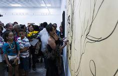 Zaida del Río, dibuja en un mural. Foto: Fernando Medina / Cubahora